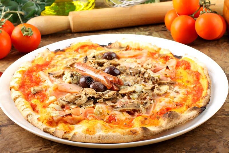 Pizza italiana Capricciosa fotografia stock