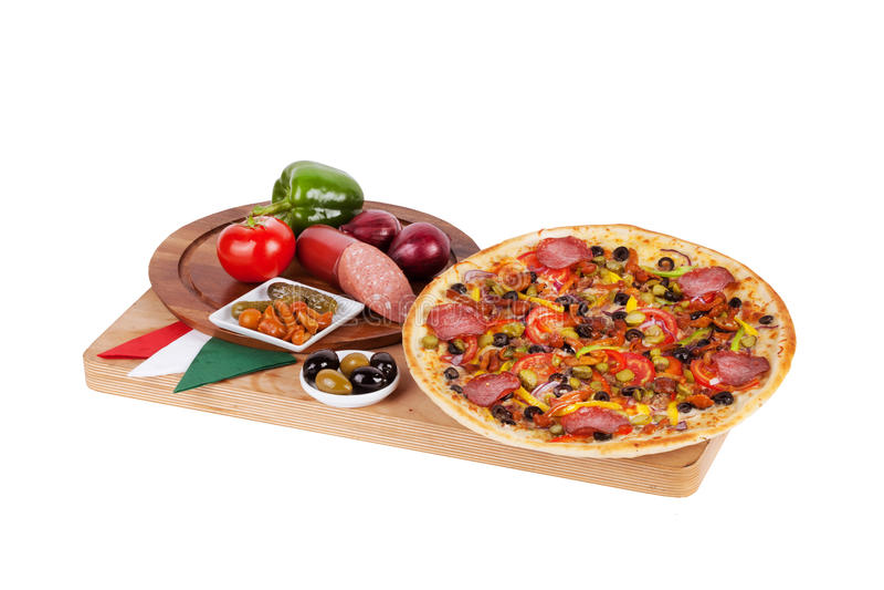 Pizza italiana com salsicha, salame, salmouras, cogumelos, conservados, fotos de stock