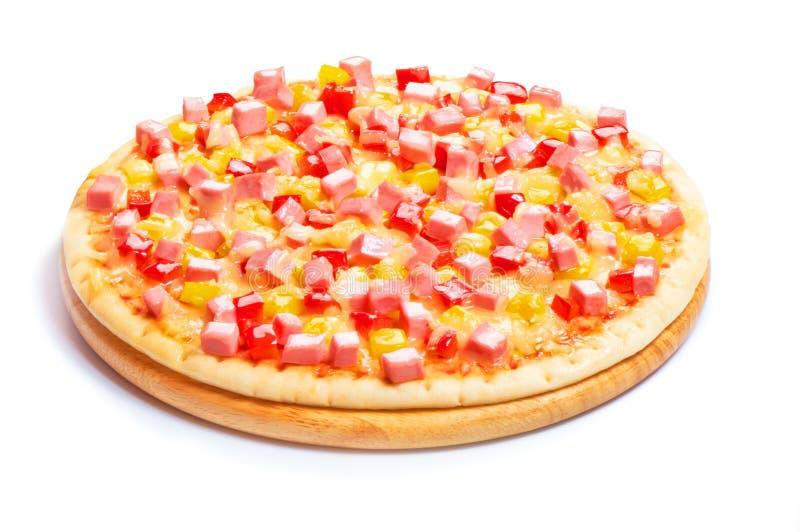 Pizza italiana con el queso y las salchichas cortadas aislados en el fondo blanco fotos de archivo