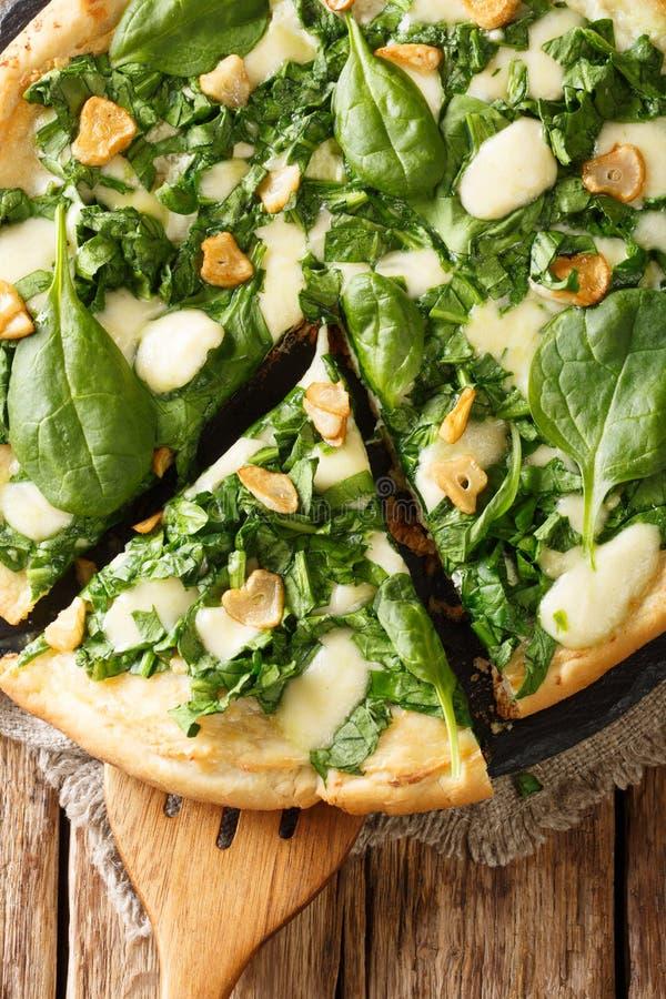 Pizza italiana con espinaca, ajo y primer del mozzarella y blanca del ricotta de la salsa del queso y en la tabla Visión superior fotos de archivo