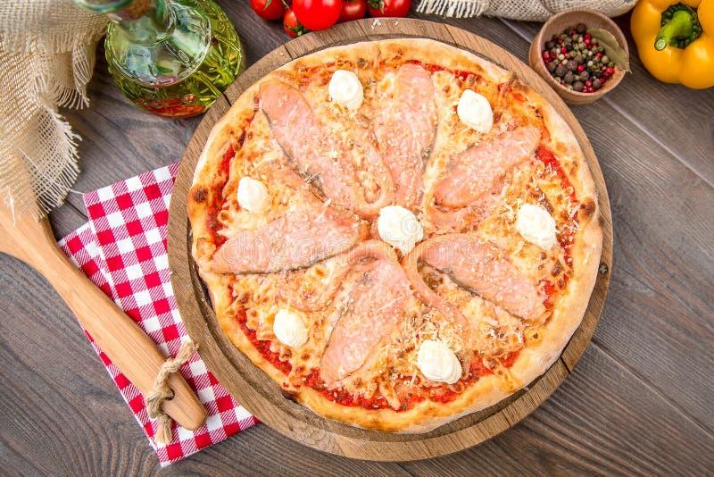Pizza italiana con il salmone fotografie stock libere da diritti