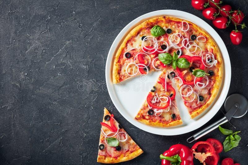 Pizza italiana cortada en una placa blanca foto de archivo libre de regalías