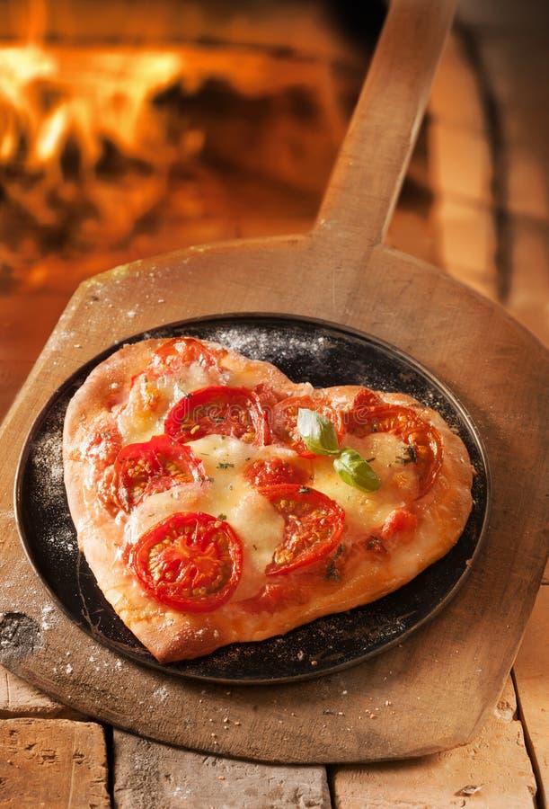 Pizza italiana dada fôrma coração foto de stock