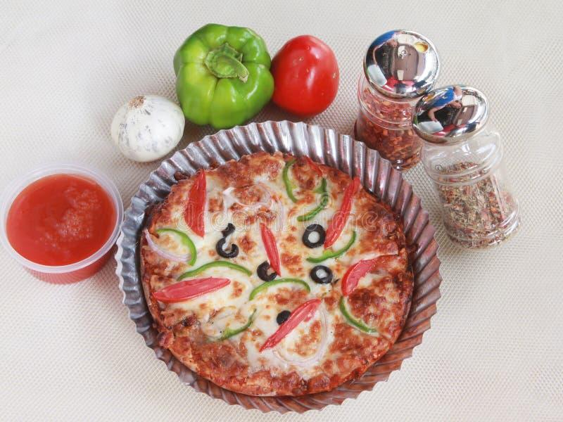 Pizza italiana del veg con una torsione indiana fotografie stock