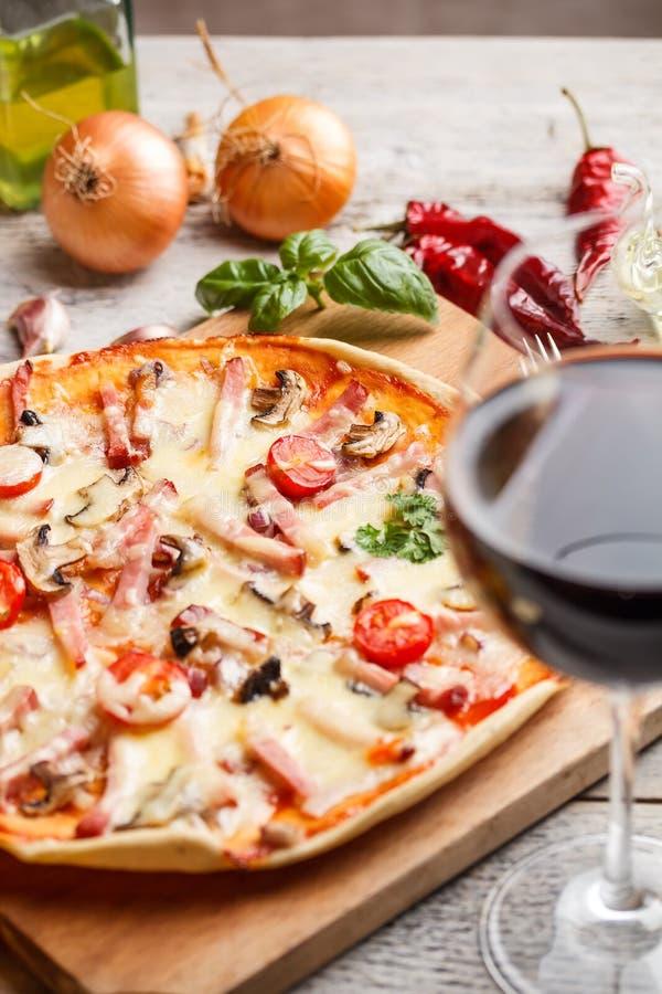 Pizza italiana deliciosa foto de archivo