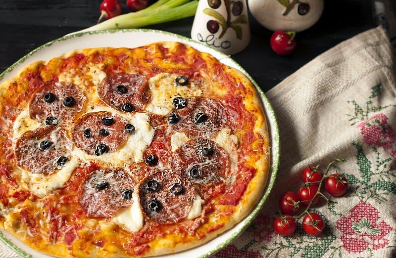 Pizza italiana deliciosa con el salami picante El almuerzo es alto en calorías fotografía de archivo libre de regalías