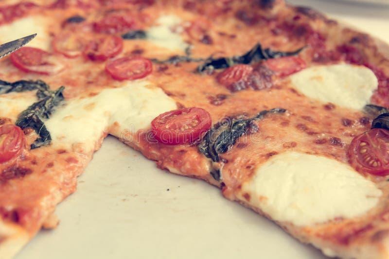Pizza italiana deliciosa del estilo con los tomates, mozarella y albahaca imagen de archivo libre de regalías