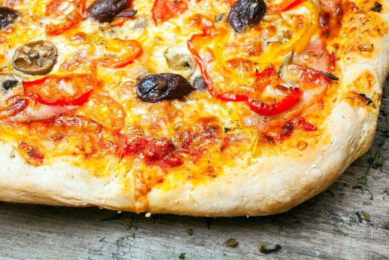 Download Pizza Italiana Deliciosa Servida En La Tabla De Madera Imagen de archivo - Imagen de mediterráneo, fresco: 42426343