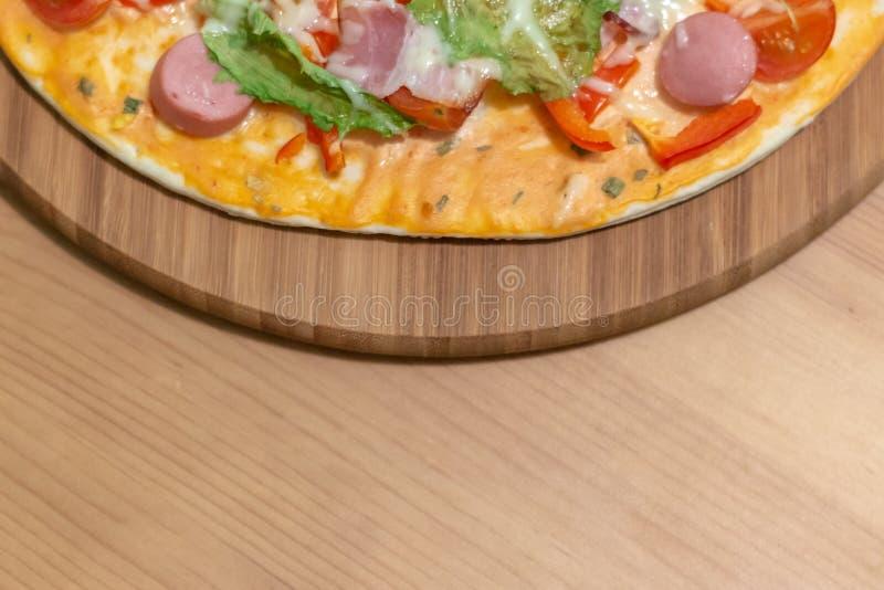 Pizza italiana deliciosa servida en la tabla de madera ilustración del vector