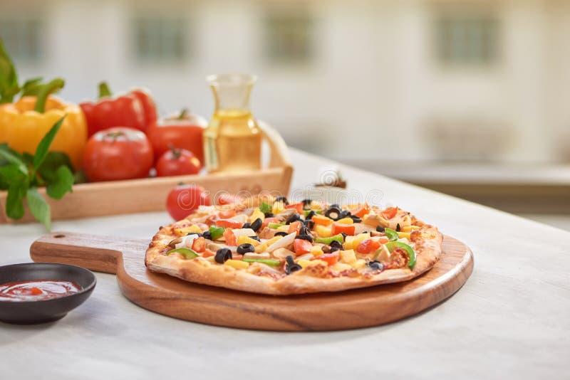 PIZZA ITALIANA di vista superiore sulla tavola leggera immagini stock libere da diritti