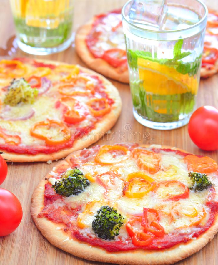 Pizza italiana do vegetariano com bebidas fotografia de stock