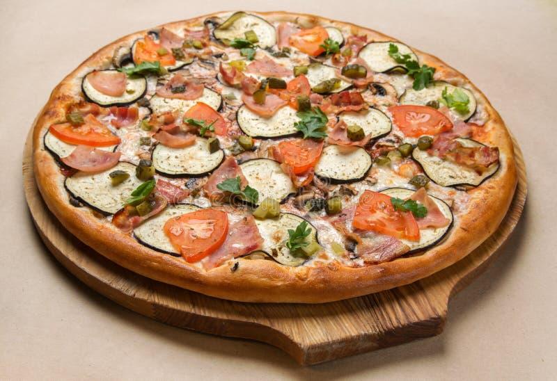 Pizza italiana en la cocina imagenes de archivo