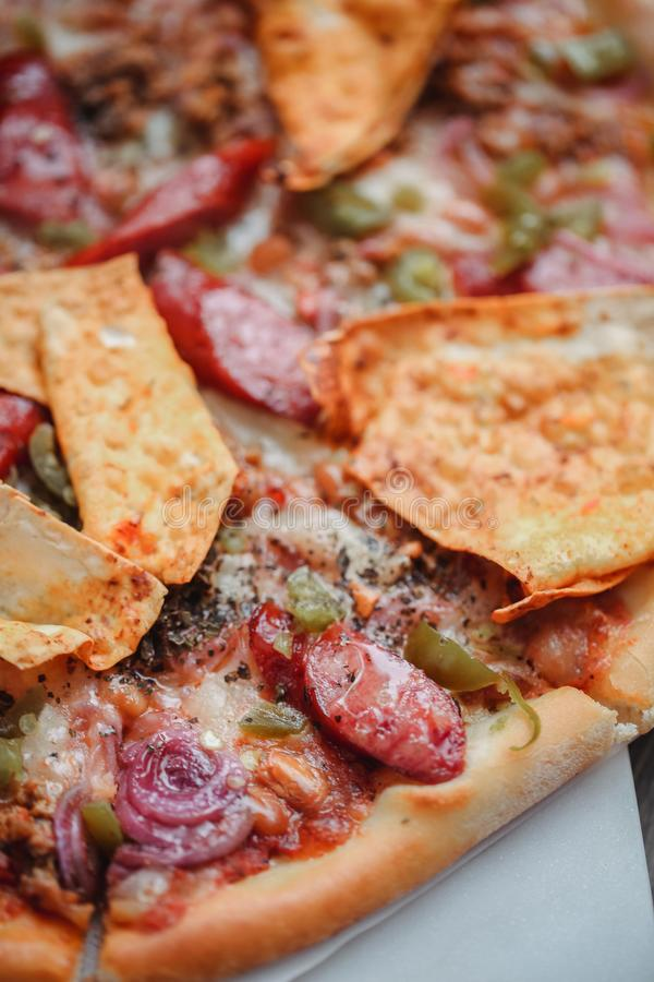 Pizza italiana fresca Fotografía de la comida para el diseño Pizza mexicana con los microprocesadores, cebolla, pimienta caliente imagen de archivo