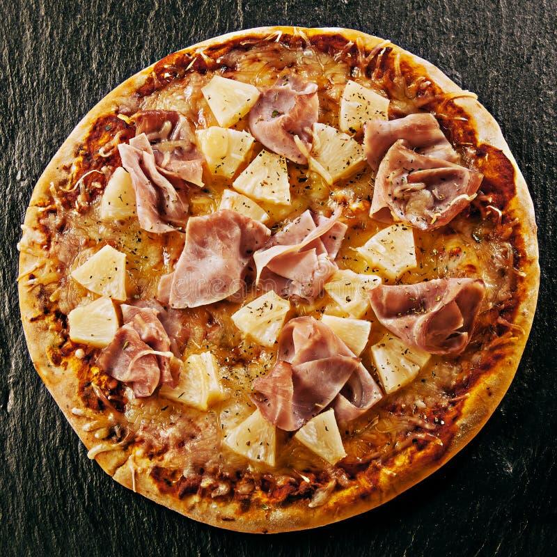 Pizza italiana havaiana grelhada chama da especialidade fotografia de stock royalty free