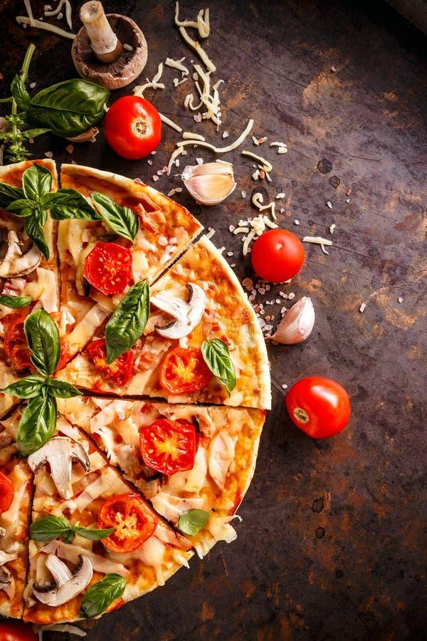 Pizza italiana hecha en casa imágenes de archivo libres de regalías