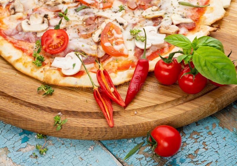 Pizza italiana hecha en casa caliente fotos de archivo