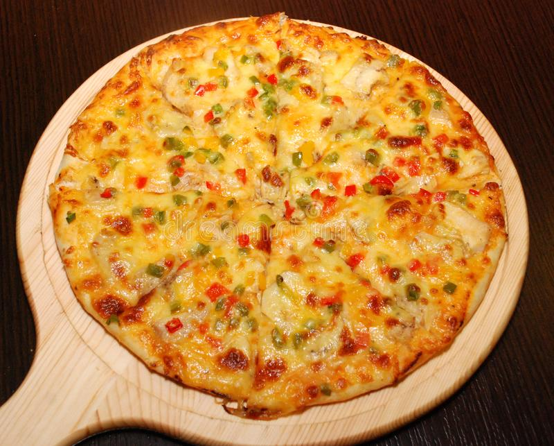 Pizza italiana na plataforma de madeira fotografia de stock royalty free