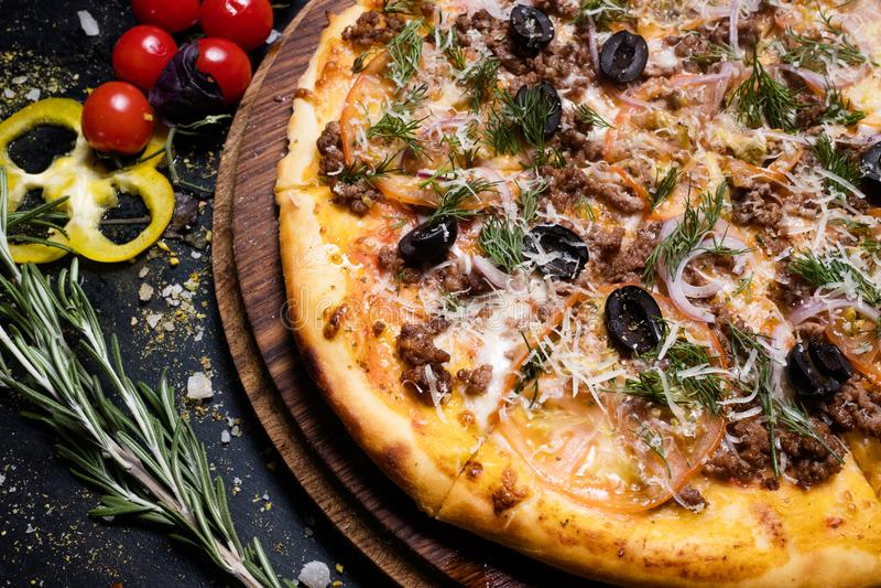 Pizza italiana nacional bolonhês do alimento da culinária imagem de stock