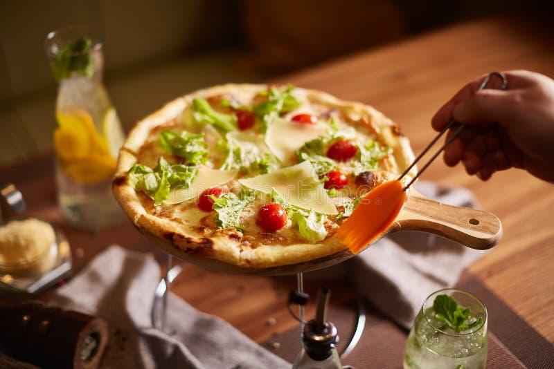 Pizza italiana no suporte imagens de stock