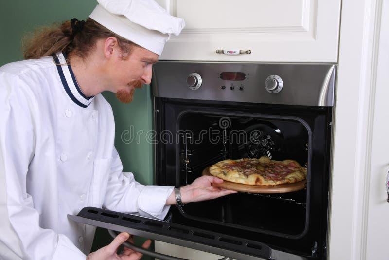 Pizza italiana preparada cozinheiro chefe na cozinha fotos de stock