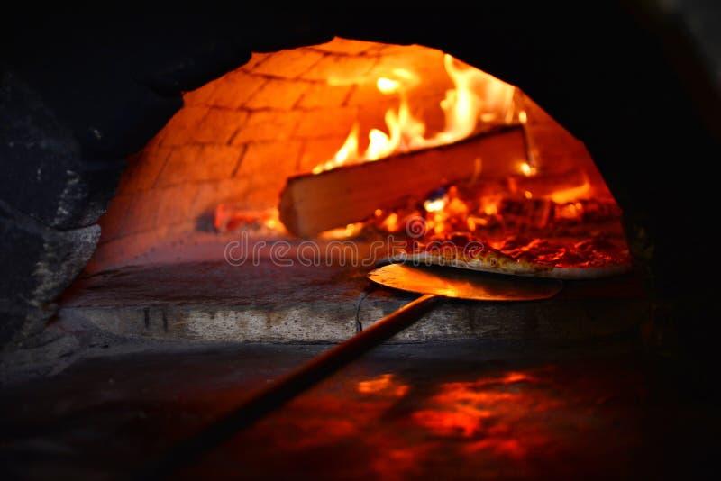 Pizza italiana real do fogão imagem de stock royalty free