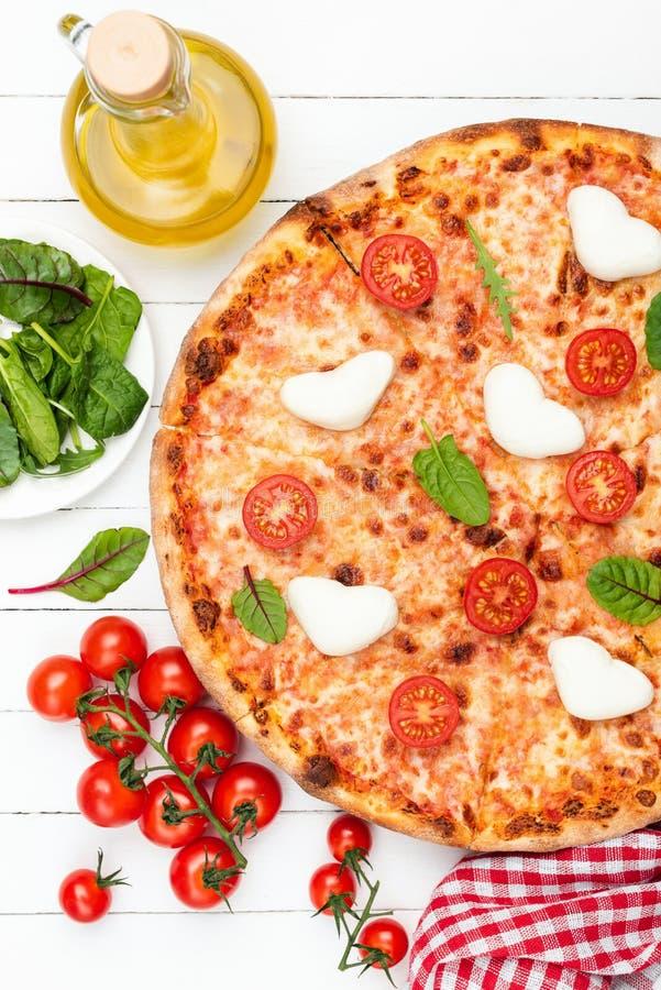Pizza italiana sabrosa con los tomates de la mozzarella imágenes de archivo libres de regalías