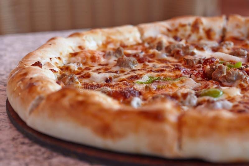 Pizza italiana suprema con los salchichones foto de archivo libre de regalías