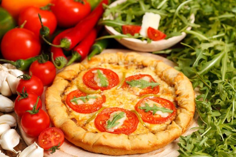 Pizza italiana tradicional fotografía de archivo libre de regalías