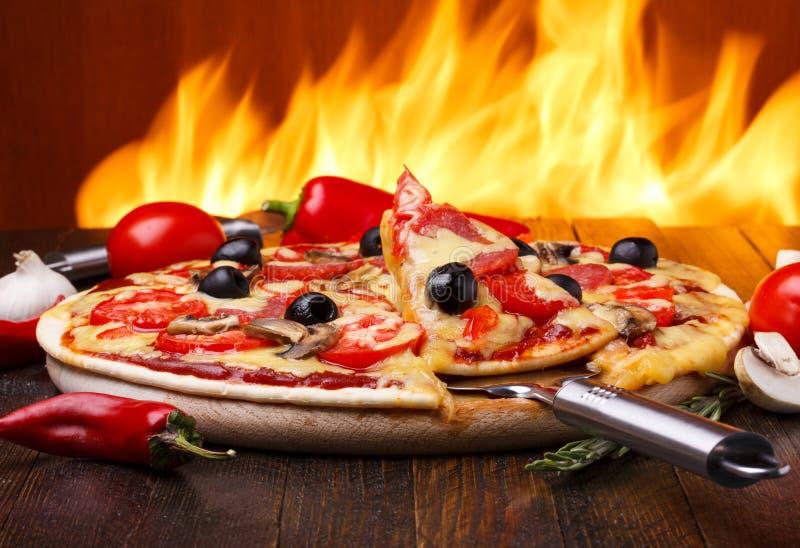 Pizza italiana tradicional foto de archivo libre de regalías
