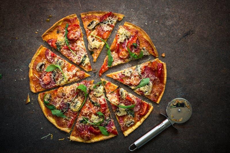 Pizza italiana tradicional imagenes de archivo