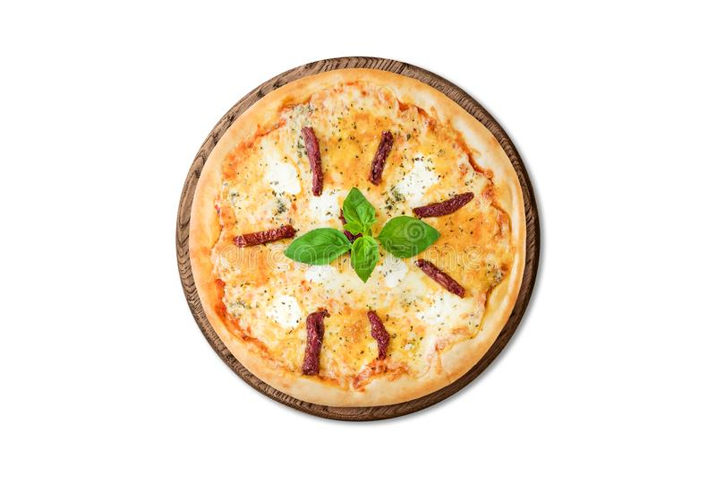 Pizza italiana tradicional com salsichas fumados, mussarela e manjericão na placa de madeira isolada no fundo branco para o menu fotografia de stock