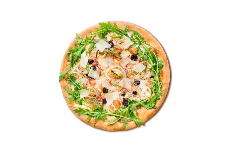 Pizza italiana tradizionale con le cozze, la rucola ed il parmigiano isolati su fondo bianco per il menu immagini stock libere da diritti
