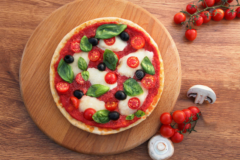 Pizza italiana tradizionale con tricolore immagine stock libera da diritti