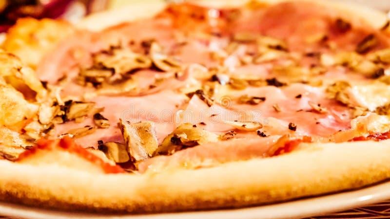 Pizza italiana tradizionale in pizzeria in Italia, esperienza gastronomica di viaggio immagine stock libera da diritti