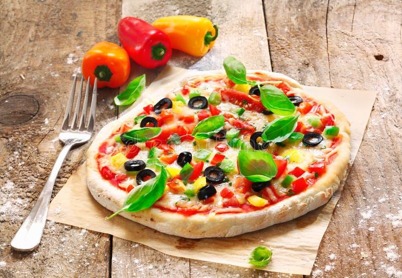 Pizza italiana vegetariana hecha en casa foto de archivo