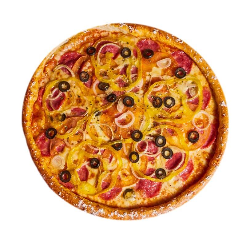 Pizza italienne avec des olives fromage et salami photos libres de droits