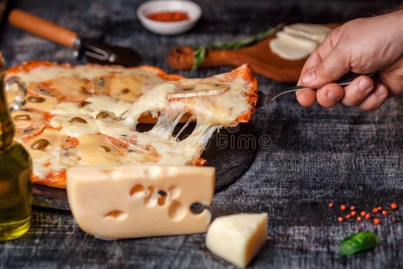 Pizza italienne avec différentes sortes de fromage sur une pierre et un panneau de craie rayé noir Nourriture traditionnelle ital photos libres de droits