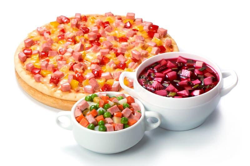 Pizza italienne avec du fromage et les saucisses coupées en tranches d'isolement sur le fond blanc photographie stock libre de droits