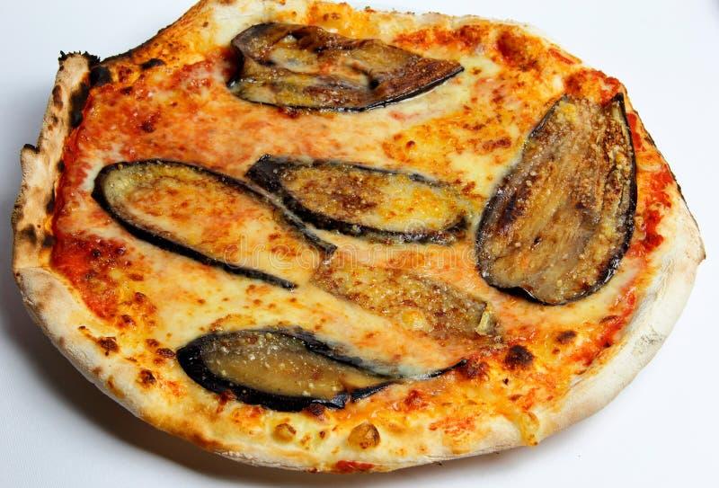 Pizza italienne avec l'aubergine et le parmesan photographie stock libre de droits