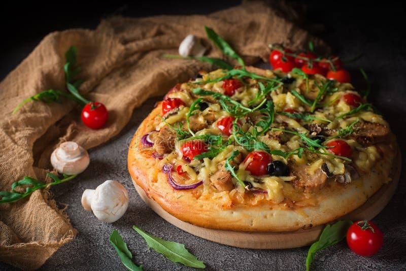 Pizza italienne avec les ingrédients frais photo libre de droits