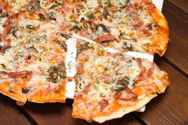 Pizza italienne dans le restaurant images libres de droits