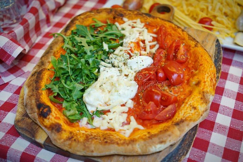 Pizza Avec Des Couleurs De Drapeau Italien Image stock - Image du olive,  mozzarella: 31283439