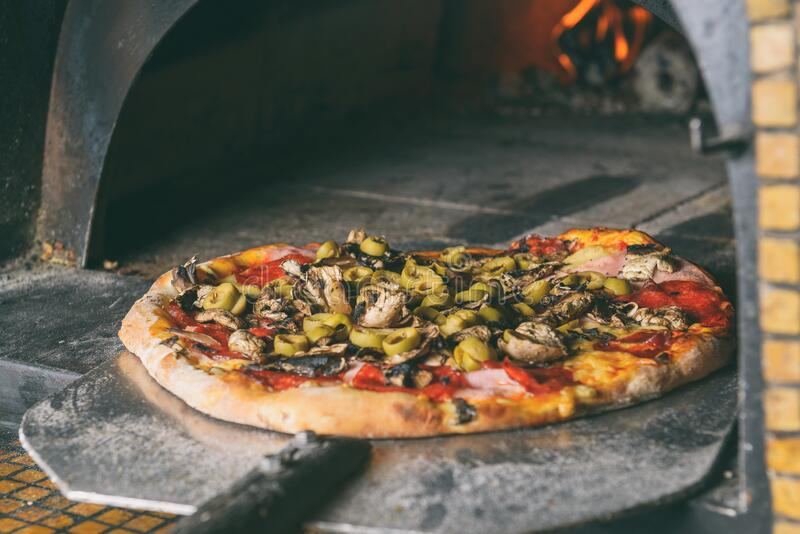 Pizza italienne fra?che  photos stock