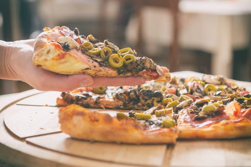 Pizza italienne fra?che  photographie stock libre de droits