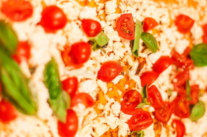 Pizza italienne traditionnelle de focacce avec des tomates, olives noires images libres de droits
