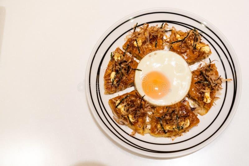 Pizza japonesa con el huevo frito foto de archivo