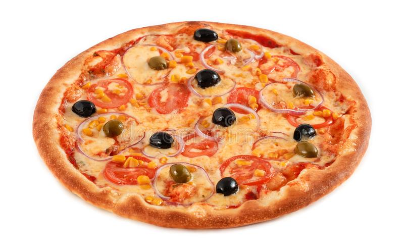 Pizza jarosz z pomidorów, kukurudzy, cebuli, zielonych i czarnych oliwkami odizolowywać na bielu, zbliżenie zdjęcia royalty free