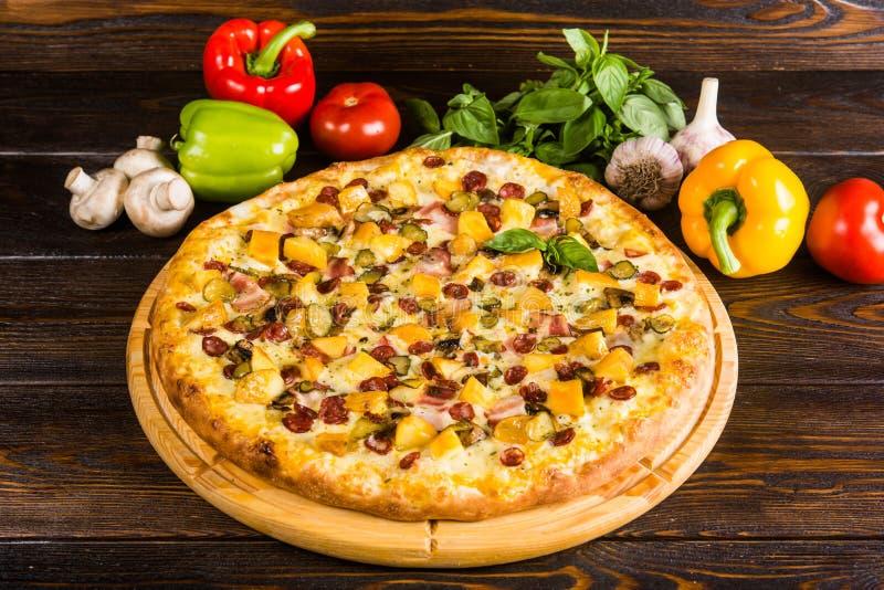 Pizza jest cztery rodzajami w jeden - pieczarki, kurczak, bekon, mięso zdjęcia stock