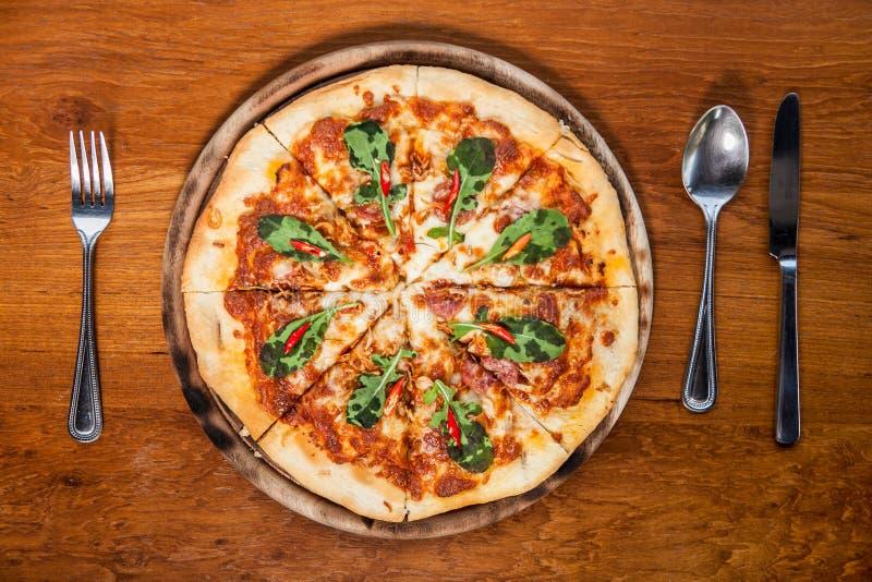 Pizza klaar maaltijd op de mening van de lijstbovenkant stock foto