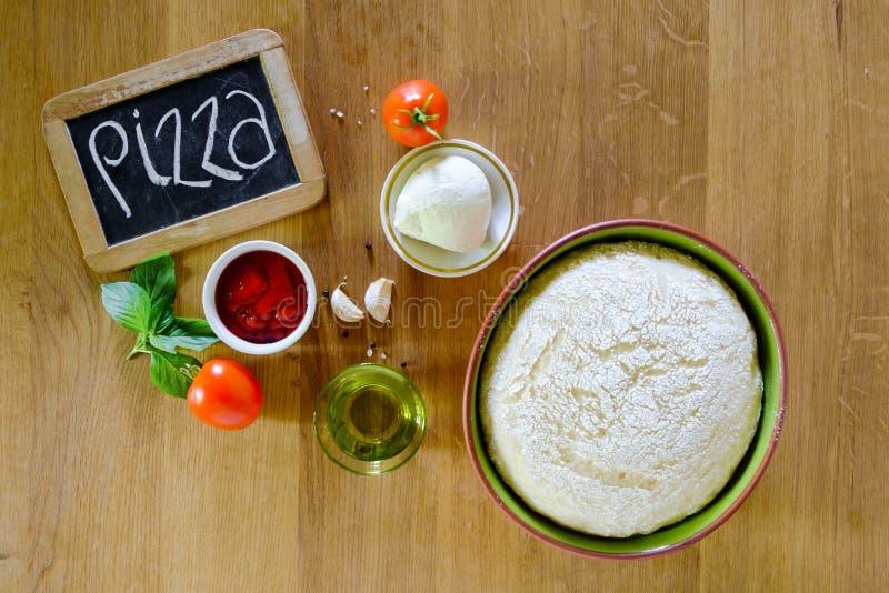 Pizza kokende ingrediënten royalty-vrije stock afbeeldingen
